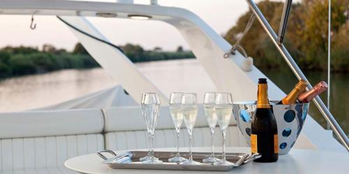 barca yacht champagne